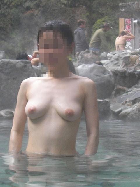 【混浴エロ画像】混浴温泉に浮かれたカップルが入浴中に人目を憚らず撮った写真…何より羨ましいんじゃ!w (3)