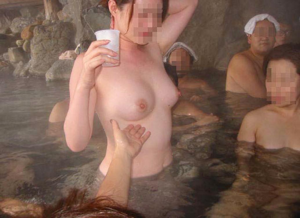 【混浴エロ画像】混浴温泉に浮かれたカップルが入浴中に人目を憚らず撮った写真…何より羨ましいんじゃ!w (6)