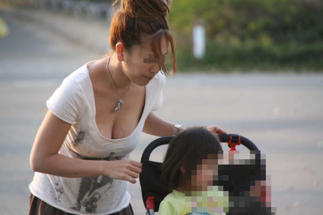 【胸チラエロ画像】素人女性が見栄を張ったブラジャーを着用したせいで街で乳首が卑猥に露出www