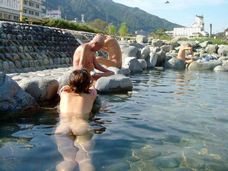 【混浴エロ画像】混浴温泉に浮かれたカップルが入浴中に人目を憚らず撮った写真…何より羨ましいんじゃ!w (17)
