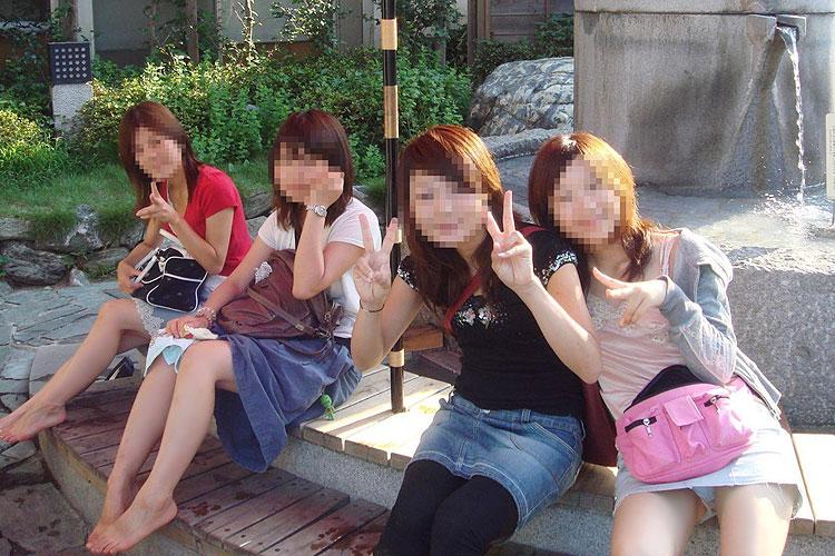 【パンチラエロ画像】集合写真って良く見たらパンチ…ってマンチラしてんじゃねぇかっド━(゚Д゚)━ン!!