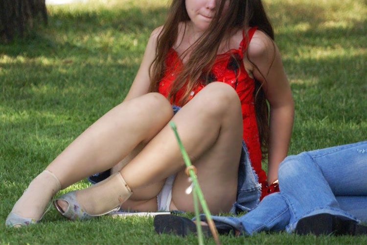 【パンチラエロ画像】安らぎの場で油断したスカート女性のしゃがんだ股間の谷間がふ・し・だ・ら♪w
