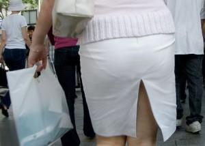 【スカート&美脚エロ画像】下手すりゃ見えちゃう際どい切れ込み!スリットつきスカートから覗く美脚と下着(*゚∀゚)=3【画像追加09/10】