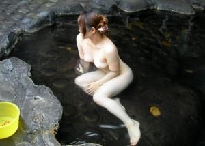 (露出えろ写真)カメラ持ち込み以外はどう晒してもお咎めない混浴で堂々と露出する輩(;´Д`)