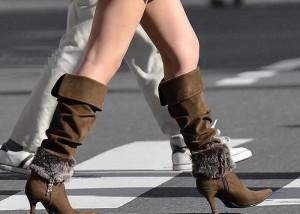 (美足えろ写真)ニーソじゃなくても絶対領域wwロングブーツの似合う美足女子の街撮り(;´Д`)