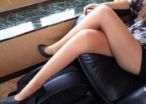(美足えろ写真)太ももの隙間が…組まれたむっちり美足のたまらないチラリズム(*´Д`)