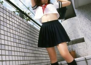 (コスプレえろ写真)健康的な腹チラがたまらない☆ヘソまで網羅したい制服姿(*´д`*)