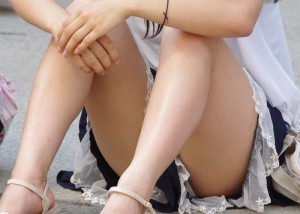 (パンツ丸見ええろ写真)パンツ見えるのに平気で座れるミニスカ女子の無防備さは異常(*´Д`)