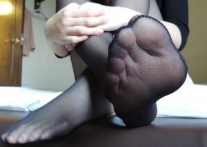 (ストッキングえろ写真)足コキお願いしてもいい?柔らかそうなストッキング足のアップ(*´Д`)