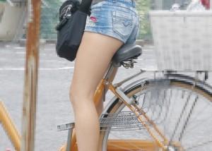 (美足えろ写真)パンツ見えなくても太もも見えれば満足ww自転車乗った美足を見よう(つ´∀`)つ