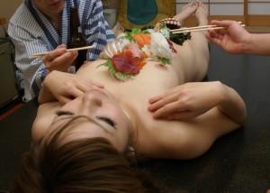 (女体盛りえろ写真)やったからには完食は絶対☆中まで食べたい女体盛り(*゚∀゚)=3