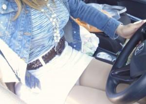 (車内えろ写真)運転誤りそうな着衣美巨乳と美足…隣の座席に女を乗せたら立ちこめるえろス(*´Д`)