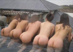 (露出えろ写真)露天風呂がキモチ良すぎて…堂々と裸撮らせる悪イケイケ女たち(゜ロ゜ノ)ノ