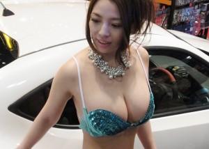 【キャンギャルエロ画像】関係者も釘付け!?看過できない乳のキャンギャル達(*´Д`)