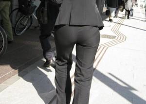 (着尻えろ写真)このパンツスーツ姿見たままwwワレメもクッキリ働く女の着衣えろ尻(*´Д`)