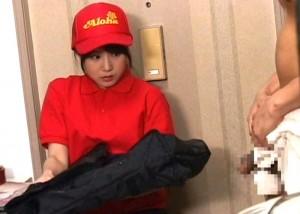 【エロ動画】玄関開けたらちんちん丸出し!宅配娘に迫ってセクハラ三昧(*゚∀゚)=3