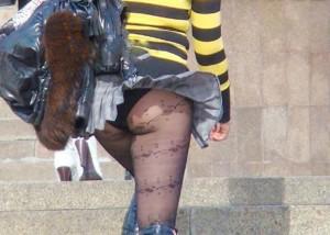 (パンツ丸見ええろ写真)風さんイイ仕事してる☆誰にも勝てない自然のスカート捲り上げ(*´Д`)