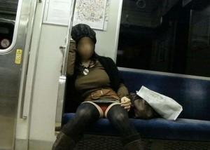 【パンチラエロ画像】終点まで拝めたら超幸せw股間と向き合う電車内パンチラ(;´Д`)