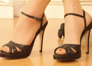 (足マニアえろ写真)踏まれたら一瞬でM目覚めそうww鋭いヒール履いた足は女王様の気配(*´Д`)