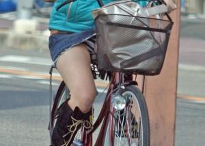 【パンチラエロ画像】見えるのは一瞬で充分!嫌でも脳裏に焼き付く自転車パンチラ(*´Д`)