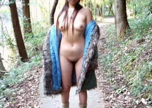 【露出エロ画像】慣れは怖いですw恥を抑えて裸体を晒す変態淑女の露出行為(*´Д`)