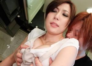 (乳モミえろ写真)ブラが硬くてもめげない☆せくはらっぽく服の上から乳弄り(*´Д`)