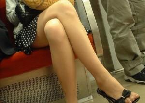 (美足えろ写真)マイカーよりも楽しい通勤wwシロウト美足が見放題の列車内(*´Д`)