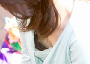 (胸チラえろ写真)ピンクの突起が見えたら幸運☆限界まで突き詰めた胸チラ目撃(*´д`*)