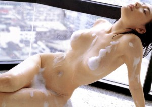 (お風呂えろ写真)BUSタイム中に石鹸の泡で大事な部分を隠すオンナ達☆