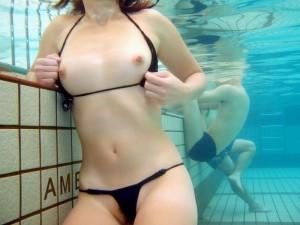 (水中カメラえろ写真)水中カメラで撮った写真がえろすぎるとネットで評判☆?