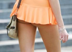(ミニスカえろ写真)下着見えずとも一定の満足感は保証されwwミニから尻チラしてる女(:.;゚;Д;゚;.:)