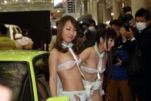 【キャンギャルエロ画像】大衆の面前で過激衣装で魅了!これって法に触れないの?
