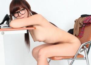 【眼鏡フェチエロ画像】脱いでもコレは残す徹底ぶりw侮れない全裸の眼鏡女子(*´д`*)