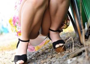 (パンツ丸見ええろ写真)しゃがみ込んだ女子の股間って妙にえろく見えないか?