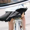 【パンチラエロ画像】強風に煽られたスカートがひらり!これぞ神風!w
