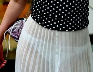 【透けパンエロ画像】街中で着衣が透けてパンティー丸見え!な女の子!
