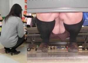 (パンツ丸見ええろ写真)棚の前に座ってたら即反対側へ☆パンツをこっそり覗き撮り(*´Д`)