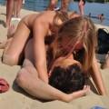 【ヌーディストビーチエロ画像】男女が裸になればやっぱりこういう事がw