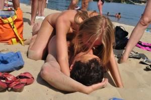 (ヌーディストビーチえろ写真)男女が裸になればやっぱりこういう事がww