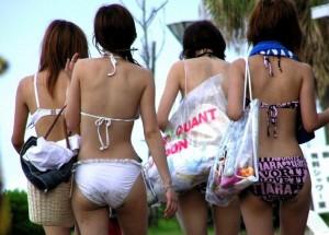 【ビキニエロ画像】夏のビーチ!プールでの水着ギャルってぶっちゃけエロくね!
