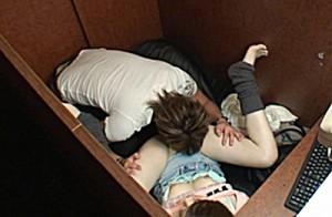 【ネットカフェエロ画像】ネットカフェの個室内はカオス状態!ハメてるカップル多数!