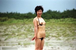 (ミズ着人妻えろ写真)ミズ着姿の、年季の入った身体つきでいつものえろさが倍増☆