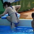 【水着ハプニングエロ画像】本人も気づかぬうちにおっぱいポロリ…オマンコまで…