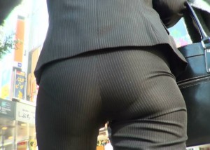 【着尻エロ画像】形クッキリしかもワレメまで…パンツスーツ女性の気になるお尻(;´Д`)【画像追加11/13】