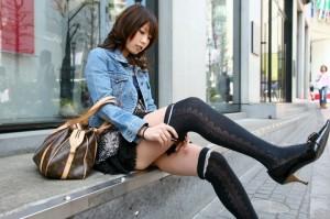 【ミニスカエロ画像】女の子が歩くたびにパンツが見えそうになる生唾もののミニスカ!