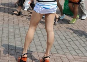 (美足えろ写真)発見したらチラの予感が…期待を煽るミニスカ美足の挑発(;゚Д゚)