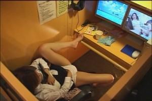 (ネットカフェえろ写真)ネットカフェの個室でこんな事しているバカップル☆