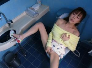 【トイレオナニーエロ画像】トイレで快楽のみを求めて自慰行為に浸るエッチな女の子!
