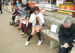(パンツ丸見ええろ写真)GWに浮かれたミニスカ女子を無差別にパンツ丸見え狩り☆(;´Д`)