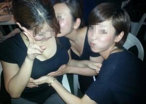 (悪イケイケえろ写真)同性だからこそ気になる…親友の乳揉んで喜ぶ若者たち(*´д`*)